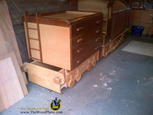 childs-wooden-train-bed